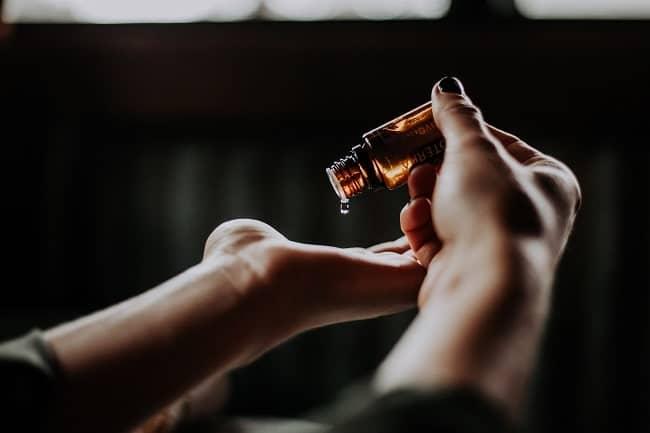 Gouttes d'huile de CBD pour la peau-min