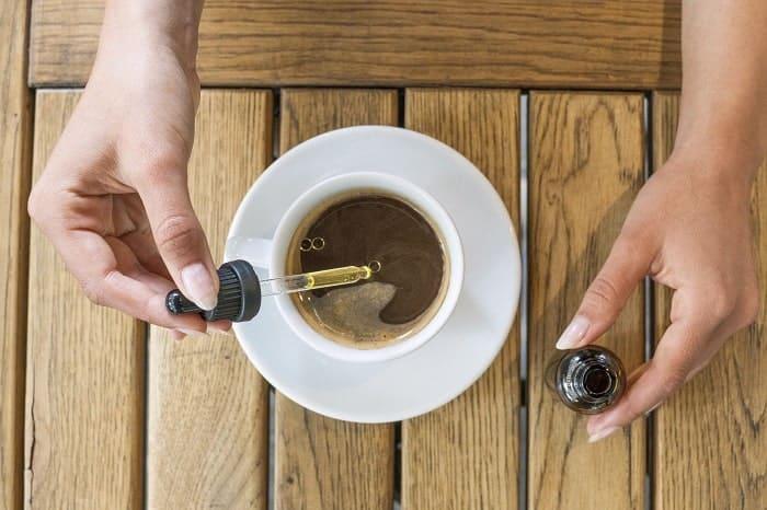 En flacon compte-goutte, l'huile de CBD est très facile à doser