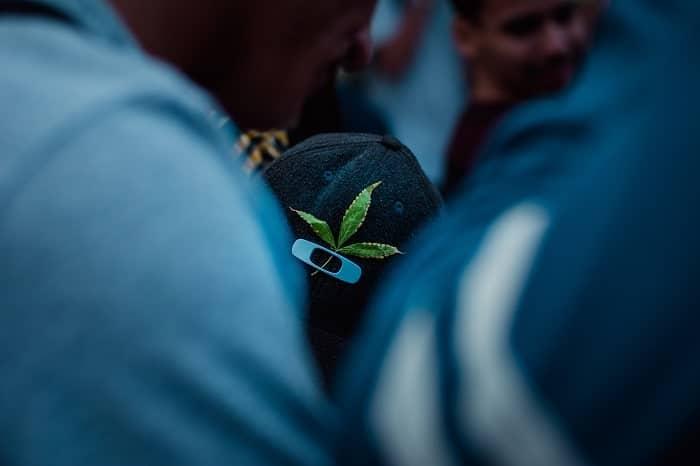 Eine Menschenmenge, die den Cannabistag in Brasilien feiert