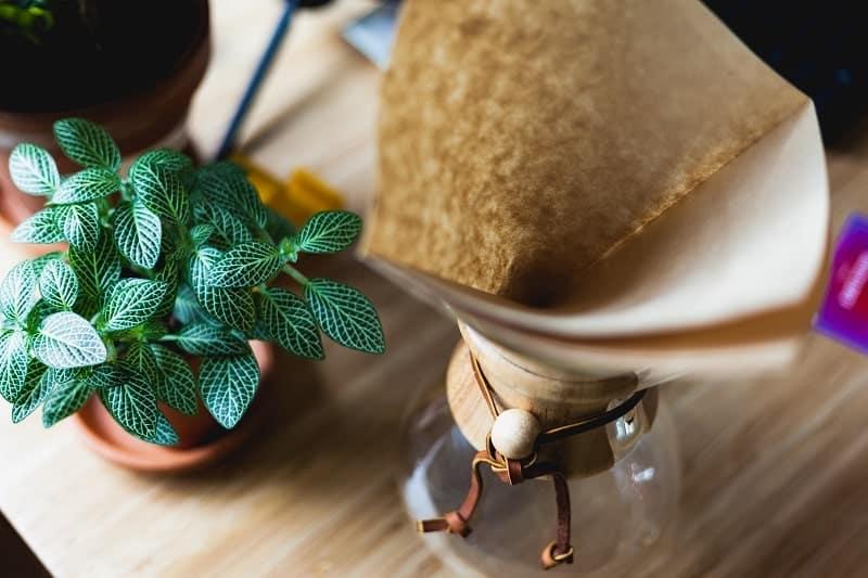 Il existe des moyens simples de filtrer son beurre de cannabis seul à la maison
