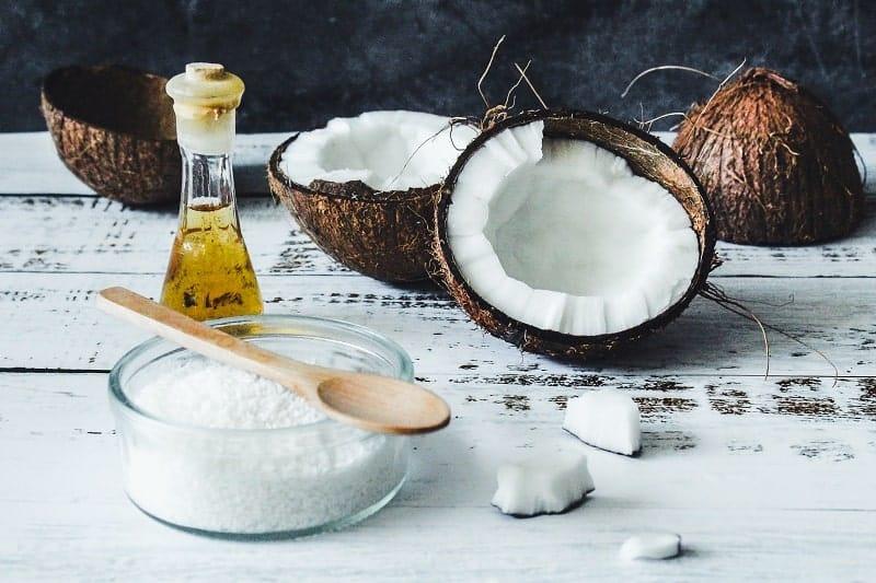 """El aceite MCT es una """"grasa buena"""" que generalmente se extrae del coco."""