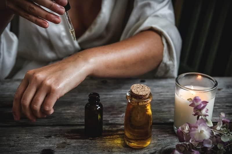 L'huile de chanvre nourrit la peau et réduit les irritations cutanées